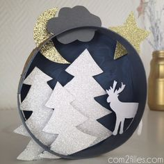Un projet DIY aux couleurs de noël : j'ai détourné une boite de camembert en petit tableau : des sapins enneigés, un renne, une lune, un nuage et une étoile