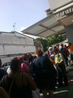 Enlace permanente de imagen incrustada  AgrioDulceCcs @SweetSourCcs  ·  18 min Hace 18 minutos  Delincuencia en Venezuela ¿policías cuidando las colas en supermercados? @LucioQuincioC @napoleonbravo @NaranjaRA