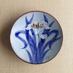 Chelsea Pottery plate Plate Wall Decor, Plates On Wall, Vintage Gifts, Vintage Items, Painted Flowers, Pottery Plates, Shades Of Blue, Chelsea, Decorative Plates