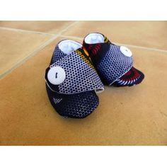 Chaussons pour bébés en tissu (Wax, Liberty, Japonais, ...). Les chaussons sont rembourrés d'une fine couche de ouatine, pour tenir les pieds de votre enfant au chaud.  Plusieurs tailles disponibles.   Plus de détails sur: http://www.waxandco.fr/product.php?id_product=530
