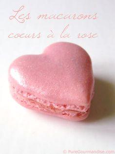 Mes macarons pour la Saint Valentin !    Une recette pleine de douceur avec un coloris rose tendre, de la poudre alimentaire pailletée et une garniture à base de confit de pétales de rose.    Le plus dur est d'attraper le coup de main pour réaliser de jolis coeurs à la poche à douille, mais on y arrive !