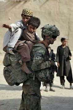 No load to heavy to carry for our men and women in uniform. US army troops in Afghanistan Soldado Universal, Foto Real, Les Religions, Real Hero, We Are The World, American Soldiers, Military Life, Faith In Humanity, American Pride