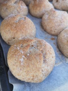 Halvgrove rundstykker! – H J E M M E L A G A Sugar And Spice, Italian Recipes, Food To Make, Hamburger, Nom Nom, Spices, Food And Drink, Cookies, Baking