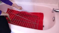You lay a towel in the bath and shake washing powder over it. Cleaning the oven couldn't be easier. Cleaning Recipes, Cleaning Hacks, Organizing Tips, Cleaning Floor Grout, Cinderella Cleaning, Quick Refrigerator Pickles, Cleaning Oven Racks, Grades, Tips & Tricks