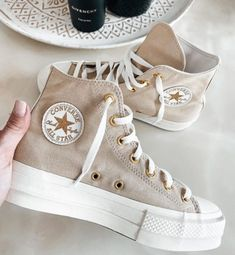 15 C O N V E R S E que serán tu nueva obsesión Dr Shoes, Hype Shoes, Crazy Shoes, Me Too Shoes, Swag Shoes, Cute Sneakers, Shoes Sneakers, Gold Sneakers, High Top Sneakers