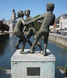 Het standbeeld 'Dansende Kinderen'. in Dendermonde