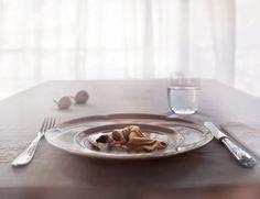 Als mensen ineens veel kleiner waren? Hoe zou de wereld er dan uitzien? De Argentijnse fotograaf Manuel Archain stelde het zich voor en wijdde er een fotoserie aan.