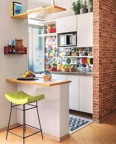 """1,501 curtidas, 13 comentários - DIY Home (@diyhomebr) no Instagram: """"Pequena cozinha com bancada separando e levando funcionalidade ao ambiente. O arquiteto Neto…"""""""