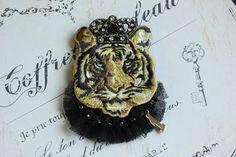 フランス製の大トラ刺繍ワッペンに、スワロフスキーをつけた王冠をかぶせ、チュールレースをつけたら中世の王様のブローチになりました。ブローチとしては大きめなので、...|ハンドメイド、手作り、手仕事品の通販・販売・購入ならCreema。