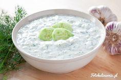 Jeden z najpopularniejszych dipów na świecie, składający się z jogurtu greckiego, ogórków, czosnku i oliwy z oliwek.