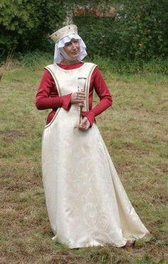 El tocado femenino español del S. XIII se distingue, igual que el traje, por su gran variedad y originalidad.   Comenzamos por el to...