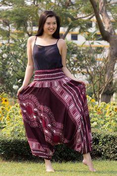 Foto Calça Thai Bordô Uma escolha elegante e sofisticada. Este estilo de calça também pode ser usado como vestido, o que traz ainda mais charme e delicadeza na hora de usá-la. www.calcathai.com