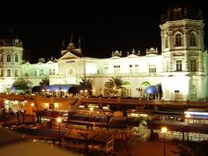 El casino de Santander se encuentra en el paseo marítimo del Sardinero, en la zona más lujosa de la ciudad justo enfrente del Hotel Sardinero. Es un edificio neoclásico construido en 1916 como teatro donde tenían lugar los eventos sociales más importantes de la nobleza de la época.