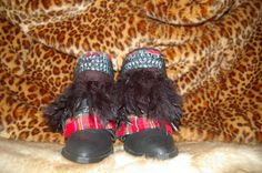 Scottish tartan boots with leather belt and black plumes around.