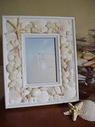 Seashell frame tutorial - this piece is made even better by the perfect choice o. Seashell frame t Seashell Picture Frames, Seashell Frame, Seashell Art, Seashell Crafts, Seashell Wreath, Decorated Picture Frames, Sea Crafts, Diy And Crafts, Mosaic Crafts