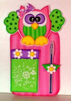 Usando este molde podrás crear unos hermosos búhos de foamy o goma eva que te pueden servir en la elaboración de diversos obsequios. Puedes... Foam Crafts, Wooden Crafts, Diy And Crafts, Arts And Crafts, Felt Owls, Decorate Notebook, Love Mom, Notebook Covers, Mothers Day Crafts