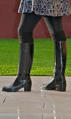 Botas de agua Gucci | HunterChic by Marta black rubber heeled boots with leggings and socks Hunter Wellies, Wellies Rain Boots, Hunter Boots, High Heel Boots, Knee Boots, Heeled Boots, High Heels, Botas Sexy, Boot Socks