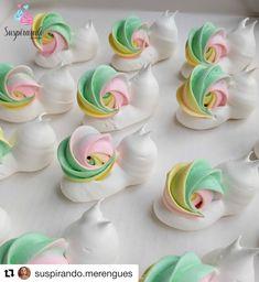 how do you make macaroons macaron recipe ~ how do you make macaroons macaron recipe Cake Decorating Techniques, Cake Decorating Tips, Cookie Decorating, Meringue Cookie Recipe, Meringue Desserts, Frosting Recipes, Dessert Recipes, Cake Cookies, Cupcake Cakes