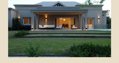 Casa PB — Estudio Junor Flat Roof House, Facade House, Modern Bungalow House, Modern House Plans, Casas Country, Alpine House, Classic House Exterior, House Outside Design, Bali House