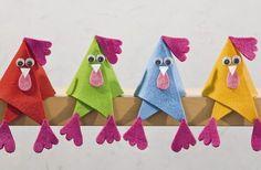 Wer wenig Zeit oder Geduld hat, trotzdem an Ostern basteln möchte, hat diesen verrückten Hühnern aus Filz die richtige Idee.