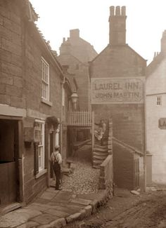 Laurel Inn, Robin Hoods Bay Ref: Frank Meadow Sutcliffe Vintage Pictures, Old Pictures, Vintage Images, Old Photos, Victorian Life, Victorian London, Victorian History, Victorian Street, 19th Century London