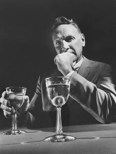 Five Cocktails Every Man Should Know from The Art of Manliness - and every woman should know, too! Manly Cocktails, Popular Cocktails, Whiskey Drinks, Classic Cocktails, Cocktail Drinks, Cocktail Recipes, Tzatziki Sauce, Perfect Martini, Hey Bartender