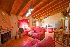 pasar unos días en una casa rural como esta...en el pequeño pueblo de Laroya, precioso