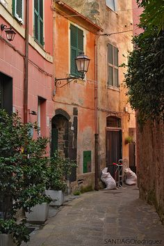 Monterosso al Mare, Le CInque Terre, Liguria - Italy This looks a lot like the painting I bought in Monterosso 2012 Cinque Terre, The Places Youll Go, Places To Visit, Moving To Italy, Italian Summer, European Summer, Northern Italy, Travel Aesthetic, Dream Vacations