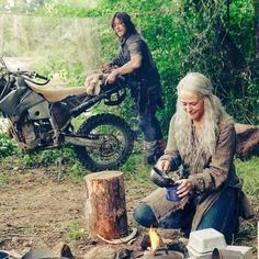 Daryl and Carol. I'm trying to get used to that long hair. Walking Dead Coral, Walking Dead Season 9, The Walking Dead 2, Walking Dead Tv Series, Daryl And Carol, Best Zombie, Indie Movies, Dead Man, Movie Photo