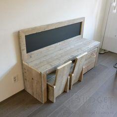 Prachtige speeltafel van gebruikt steigerhout met krijtbord voor de kids gemaakt…