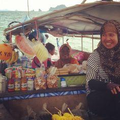 Tailândia surpreende pela natureza, pelos tailandeses e pelas experiências. Nosso almoço foi preparado aí, nesse barco-restaurante. a família se divide nas tarefas. O homem cuida das bebidas e sucos, uma mulher separa os ingredientes, outra finaliza os pratos na wok e outra recebe os pedidos e cuida dos espetinhos. Tudo feito na hora, tudo saborosíssimo (Krabi)