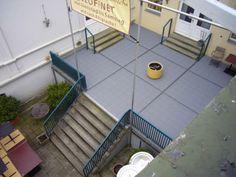 terrassenbelag aus kunststoff in silbergrau mit rotbraunen expansionsleisten eines restaurants. Black Bedroom Furniture Sets. Home Design Ideas