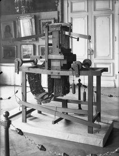 En 1801, Joseph-Marie Jacquard mécanise le métier à tisser. Ce fils de soyeux né à Lyon en 1752, donne les commande au tisseur le dispensant du tireur de lacs qui tirait les cordes sur le côté du métier. Les cordes, reliées aux fils de chaîne, sont levées par des crochets sélectionnés par des aiguilles selon que celles-ci rencontrent ou non les perforations du carton. Chaque coup du métier fait tourner le prisme de la mécanique et présente un nouveau carton #numelyo #métier #canut #soie