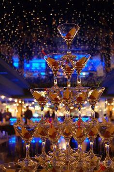 Пирамида бокалов с напитками  может присутствовать в качестве аперитива, который отлично дополняет интерьер. Для декорирования горки могут использоваться лепестки роз, разнообразные экзотические фр....