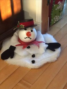 Here are easy Christmas decoration ideas which are within your budget. These dollar store Christmas decor ideas are cheap DIY Frugual Decorations for Xmas. Easy Christmas Decoration That Are Within Your Budget yet looks Gorgeous - Hike n Dip Easy Christmas Decorations, Christmas Wreaths, Balloon Decorations, Christmas Porch, Apartment Christmas, Christmas Staircase, Diy Christmas Decorations Easy, Christmas Centerpieces, Outdoor Snowman Decorations