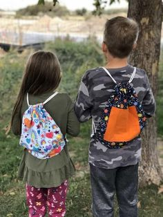 "Newest Absolutely Free simple Sewing projects Thoughts ""It is an Easy DIY Drawstring backpack with pocket (or without). My kids love theirs! Family Crafts, Diy Crafts For Kids, Easy Sewing Projects, Sewing Tutorials, Sewing Ideas, Craft Projects, Craft Ideas, Backpack Straps, Drawstring Backpack"