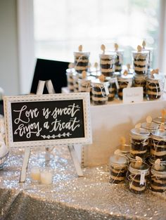 Chic wedding favor table; Photography: Ruth Eileen Photography