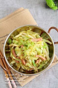 양배추 볶아먹기 시작하니 정말 양배추 한통 후딱 먹네요. 양배추 볶는 맛과 재미로 요즘 밥 먹어요~~^^ 재... Korean Dishes, Korean Food, Vegetable Seasoning, Brunch Menu, Food Plating, Cabbage, Pork, Cooking Recipes, Yummy Food