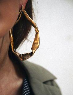 Oui aux maxi boucles d'oreilles aux allures d'oeuvres d'art ! (boucles d'oreilles Tom Ford)