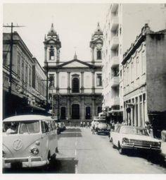 Rua da Matriz – 1970, transversal entre as ruas Voluntários da Pátria e São Clemente em Botafogo. Desemboca na rua Voluntários em frente à Igreja Matriz de São João Batista da Lagoa.