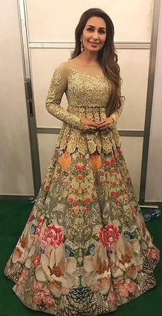 Trendy Indian Bridal Party Outfits Shalwar Kameez Ideas Source by aliciakudufoyo dresses indian Pakistani Wedding Outfits, Red Wedding Dresses, Bridal Outfits, Pakistani Dresses, Indian Dresses, Indian Outfits, Party Outfits, Bridal Hijab, Bridal Lehenga