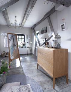 Drewniane meble i belki w sypialni