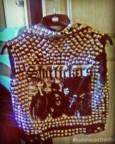 Minha colega namorava um tipo anarquista e um dia vi esse lindo colete enquanto ela se arrumava para encontra-lo. Perguntei onde ela tinha conseguido e ela respondeu: se acha que sou punk de boutique? FUI EU QUE FIZ!  Depois de muitos rolos essa belezinha punk foi parar em meu guarda-roupa.   #colete #waistcoat #punk #boutique #sqn #handmade #diy #tachas #tarrachinhas #pins #punkband #shitlickers #shitlicious #instafashion #instamoda #rockroll #sweden #anarchist #story #cadaroupa1conto…