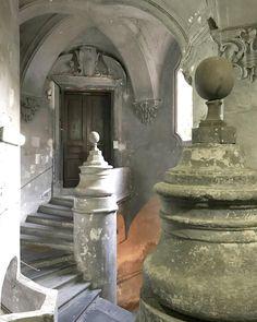 Dettagli di #Napoli. Nel rione Sanità non solo i vicoli sono caratteristici il Palazzo Sanfelice riesce a stupire per la sua architettura per i giochi di archi e per le scale che sembrano intrecciarsi come in un quadro surreale. La struttura è abitata ma la visita non è negata. Nel dubbio puoi partecipare alle escursioni lungo il #MiglioSacro questa è una delle tappe lungo il cammino. #insolitaitalia #insolitacatacombe #catacombedinapoli  #ad #incollaborazionecon @insolitaitalia