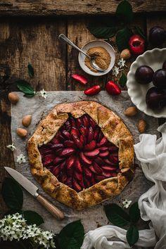 Plum galette - Carnets Parisiens Tart Recipes, Baking Recipes, Galette Recipe, Dark Food Photography, Food Crush, Xmas Food, Food Goals, Slow Food, Cupcakes