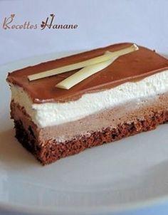 Recette Gâteau 3 chocolats  : Préparer la génoise: Monter les blancs d'oeufs en neige avec le sucre, ajouter les jaunes un par un, mélanger la farine, la poudre d'amande et le cacao en poudre puis incorporer les petit à petit.Etaler la préparation sur un tapis de four (ici) ou une plaque rec...