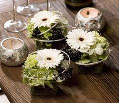 Benodigde materialen: zelf dit bloemstukje maken Vul wat kleine vierkante potjes met een blokje steekschuim of bekleed een kubus van steek...
