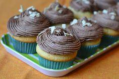 Myra's kitchen: Briose cu vanilie si crema de ciocolata