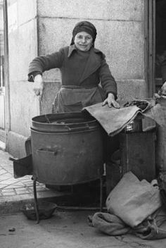 madrid Castañera en la Plaza Mayor, hacia 1945.