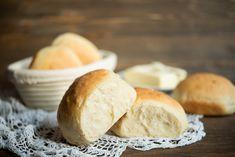 Bułki pszenne to niesamowity domowy wypiek, który podbije Twoje serce! Są mięciutkie i delikatne w smaku. Ciepłe bułki pszenne najlepiej smakują z masłem. Bread Machine Recipes, Hamburger, Food, Essen, Burgers, Meals, Yemek, Bread Maker Recipes, Eten